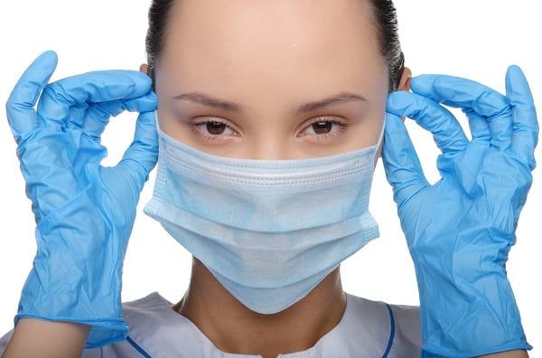 Приемщица при обслуживании заказчика должна применять перчатки и маску